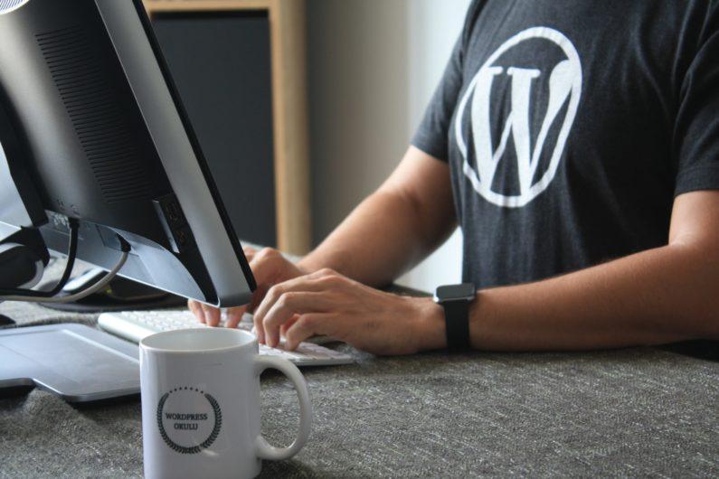 Un diseñador web trabaja maquetando una página web hecha con wordpress
