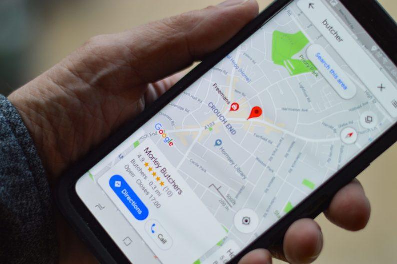 un usuario probando cómo usar google my business desde su teléfono móvil