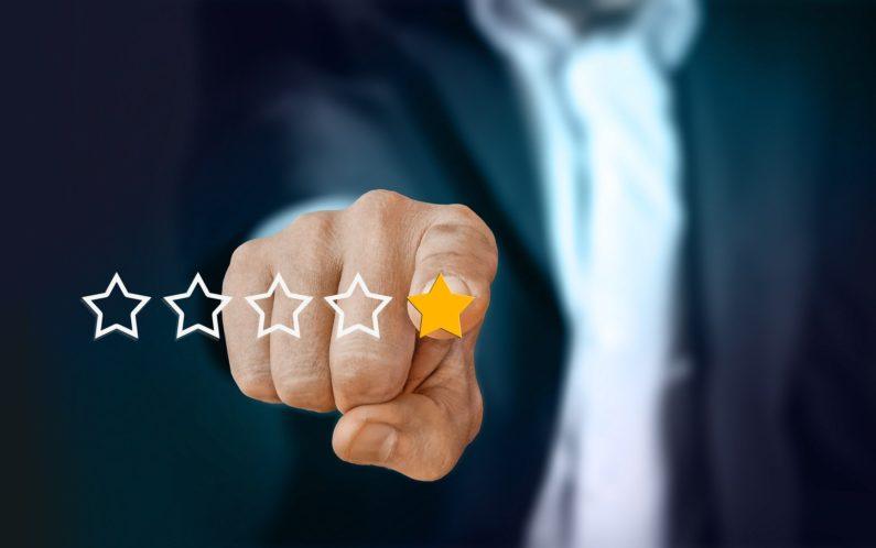 una mano puntuando a un negocio generando una reseña en google my business ayudando a mejorar el posicionamiento web